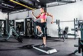 Fotografie Frau im Fitness-Studio trainieren