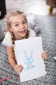 lány mutatja a rajz