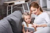 matka a dcera pomocí digitálních tablet