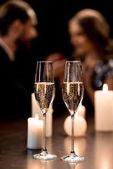 Champagner-Gläser und Kerzen