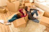Paar zieht in neues Haus