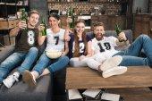 Fotografie junge Freunde trinken Bier