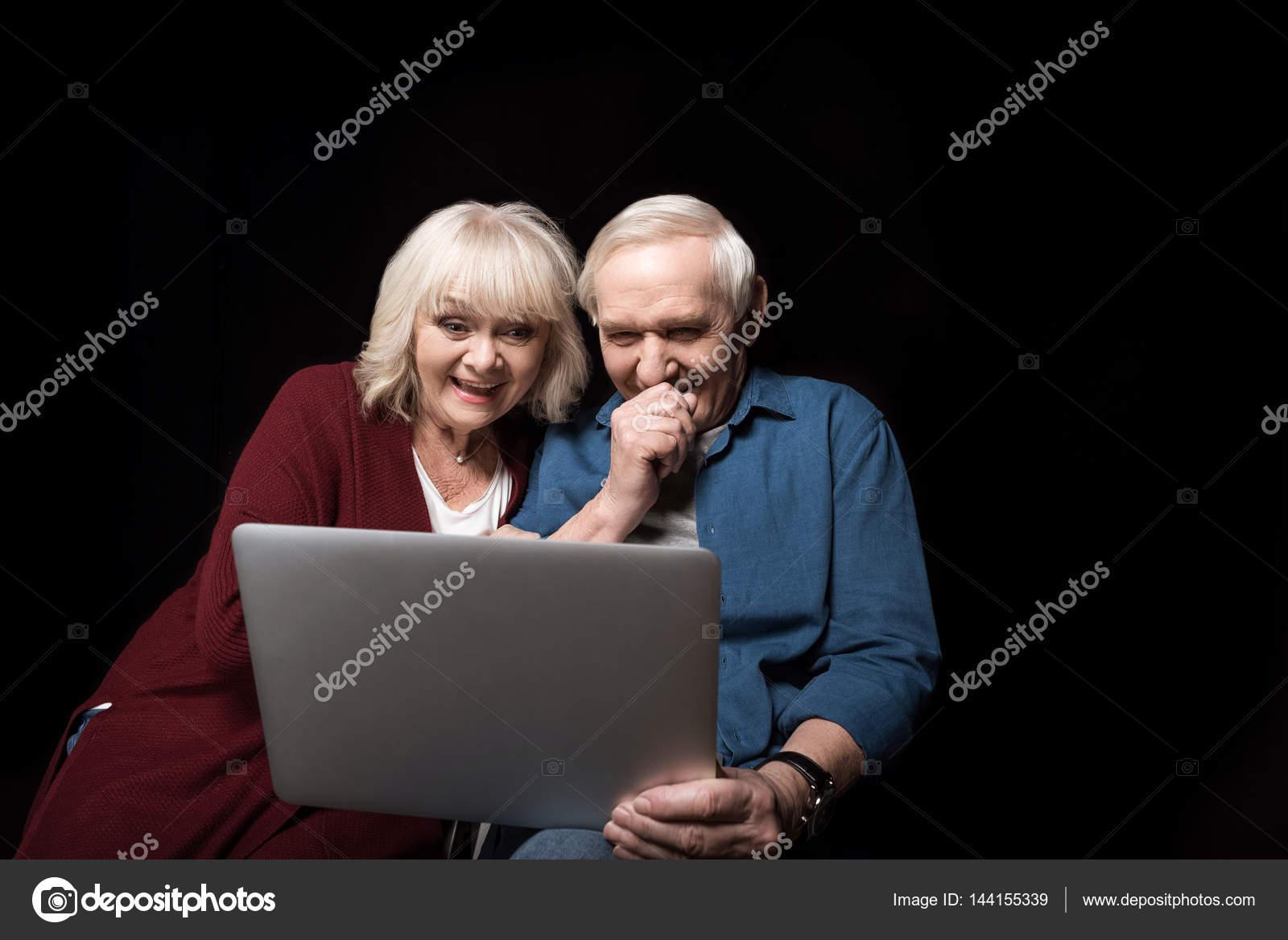 couple de personnes g es l 39 aide d 39 ordinateur portable photographie tarasmalyarevich. Black Bedroom Furniture Sets. Home Design Ideas