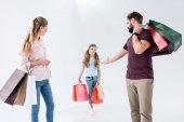 rodina s nákupní tašky