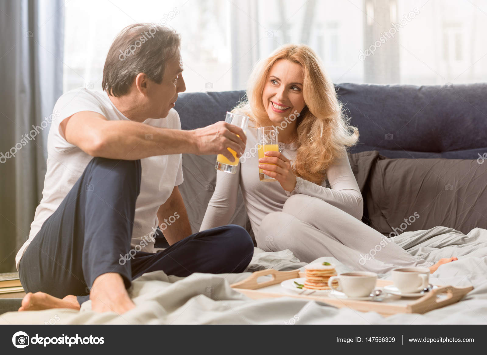 couple prenant son petit d jeuner au lit photographie tarasmalyarevich 147566309. Black Bedroom Furniture Sets. Home Design Ideas