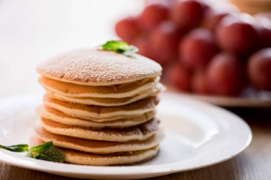 Pancakes with mint and powdered sugar