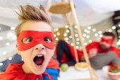 Ragazzo in costume del supereroe