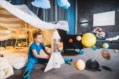kluk hraje s hračkou raketa