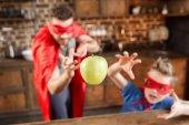 apa és fia, a piros szuperhős-jelmezek