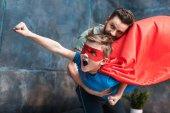 Fotografie nadšený kluk v kostýmu superhrdiny
