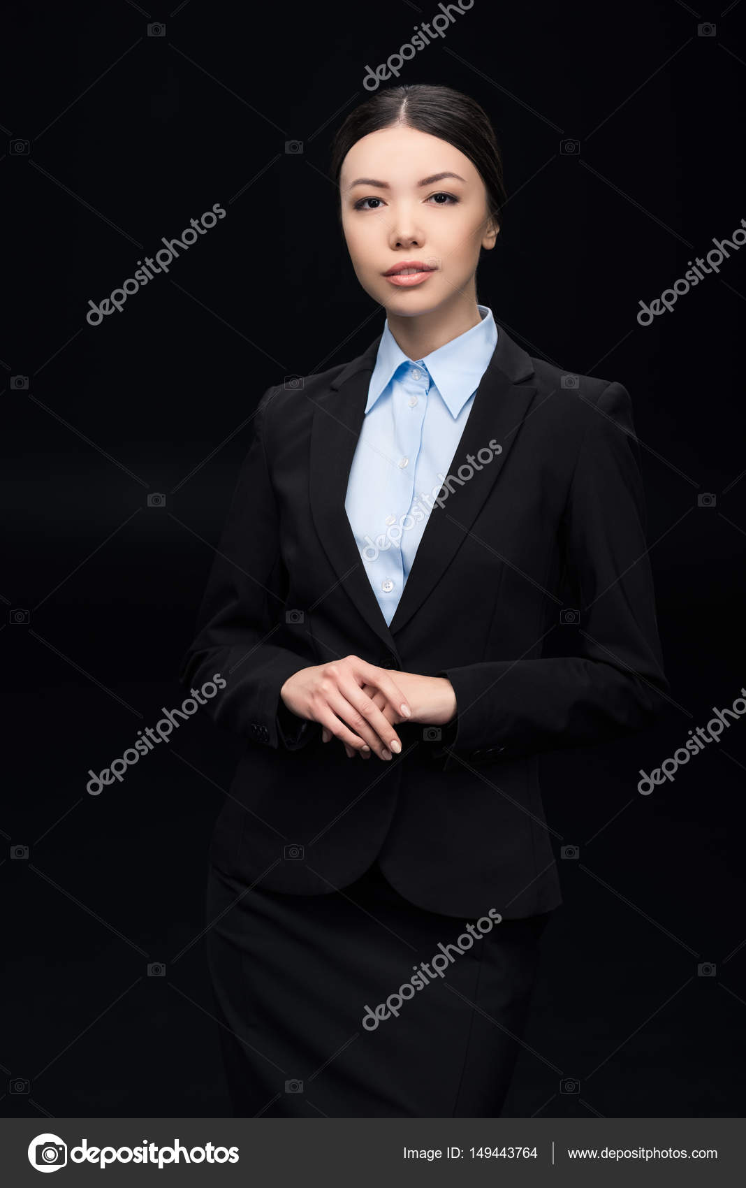 2dac247fddba Bella donna di affari del brunette in vestito nero isolato sul nero — Foto  di TarasMalyarevich