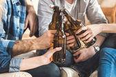 páry, cinkání lahví piva
