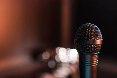 Sahnede elektrikli mikrofon