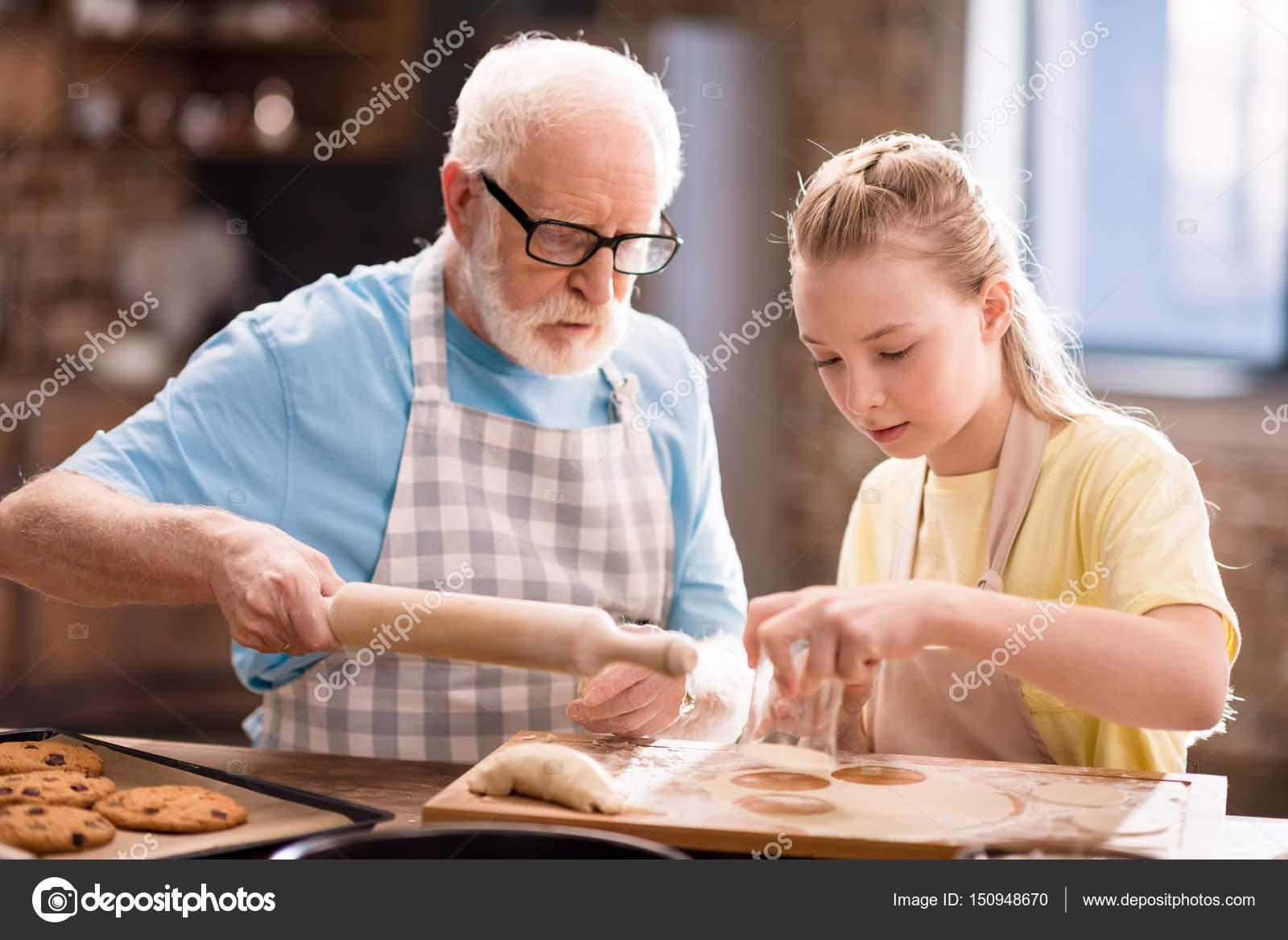 Abuelos Guarros fotos de abuelo espalda de stock, imágenes de abuelo espalda
