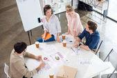 üzletemberek megvitatása és brainstorming
