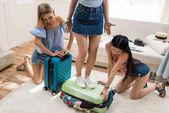 ženy balení kufrů