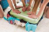 Fotografie Ženy balení v kufru