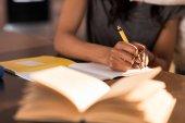 Írás jegyzetfüzet-ban nő