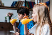 Fotografie Mädchen trinken Orangensaft