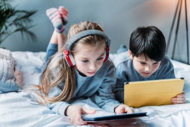 kids using digital tablets