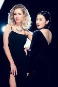 multikulturní glamour girls ve večerních šatů