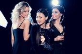 mladé ženy pití šampaňského