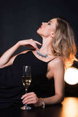 Atraktivní žena hospodářství šampaňské sklo