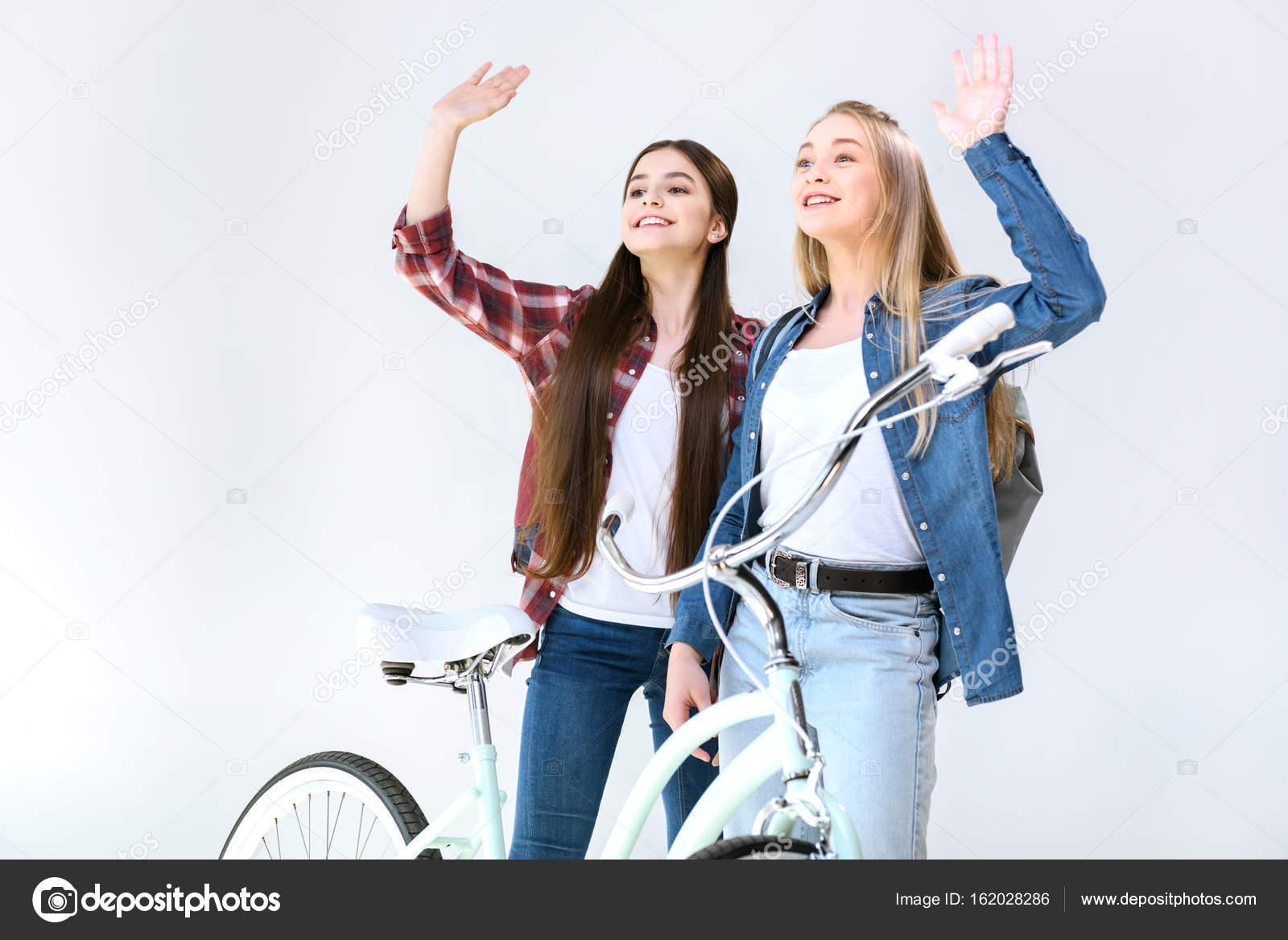 46159d103 Adolescentes sonrientes saludando a un amigo– imagen de stock