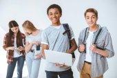 multikulturní mládež s digitálními zařízeními