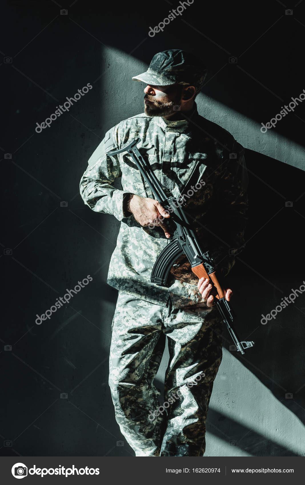 фото фанатов в военной форме получил более строгую
