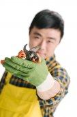 hezký asijské zahradník s nůžky