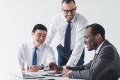 Multiethnische Geschäftsleute im Gespräch