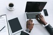 Africký americký podnikatel psaní na notebooku
