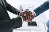 Photo multicultural businessmen handshake