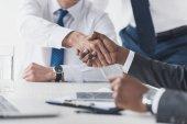 multikulturní podnikatelé handshake