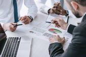 multiethnische Geschäftsleute diskutieren Projekt