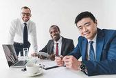 Photo multicultural businessmen using tablet