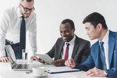 Multikulturelle Geschäftsleute nutzen Tablet