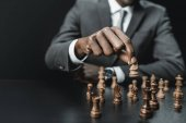 Photo african american businessman playing chess