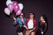 Fotografie multikulturelle Frauen mit Luftballons