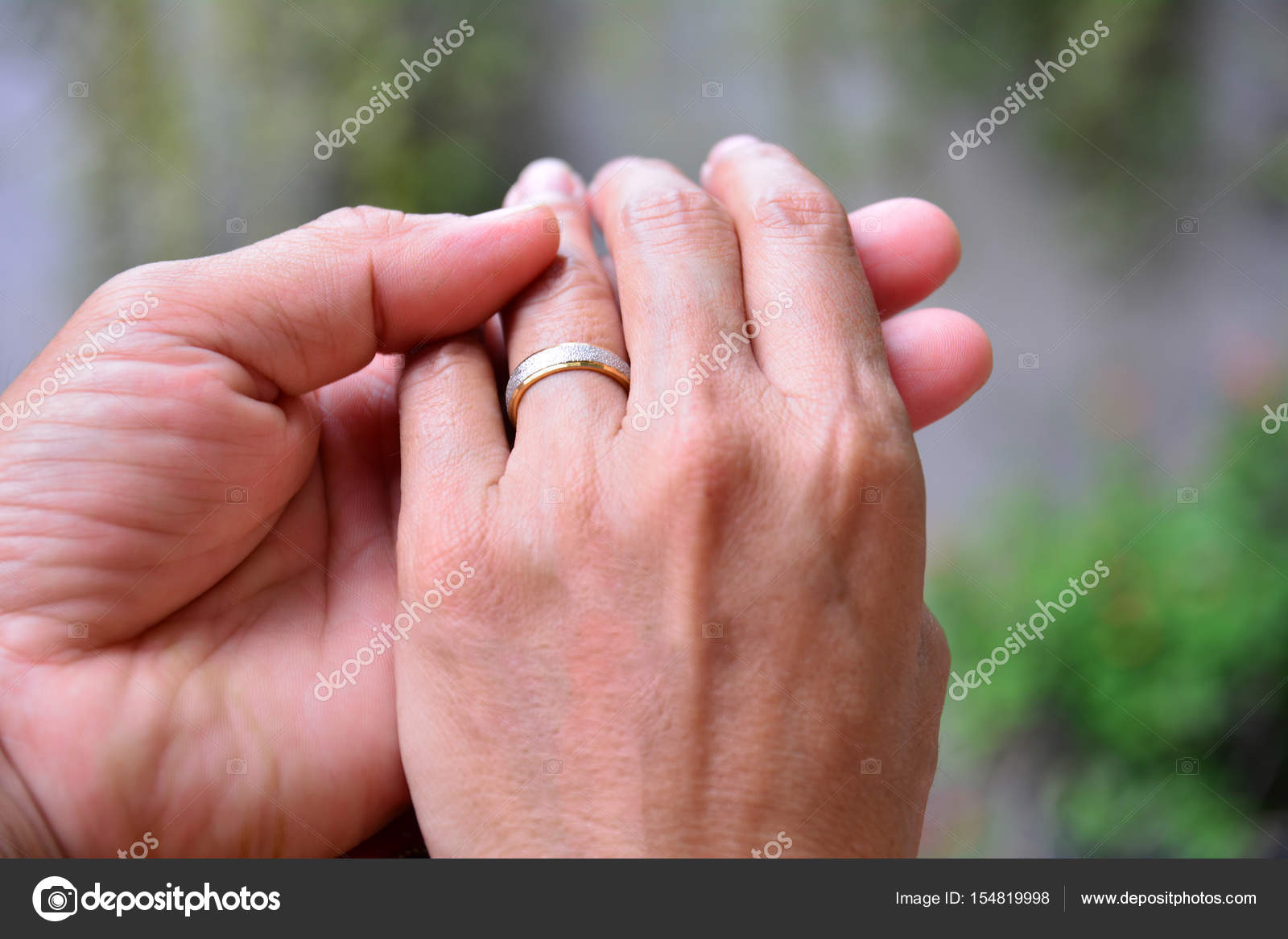 wedding rings and hands of bride and groom. — Stock Photo ...
