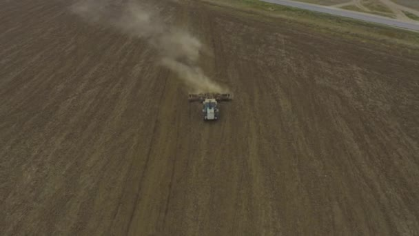 Letecký pohled traktor orá pole. pohled zepředu