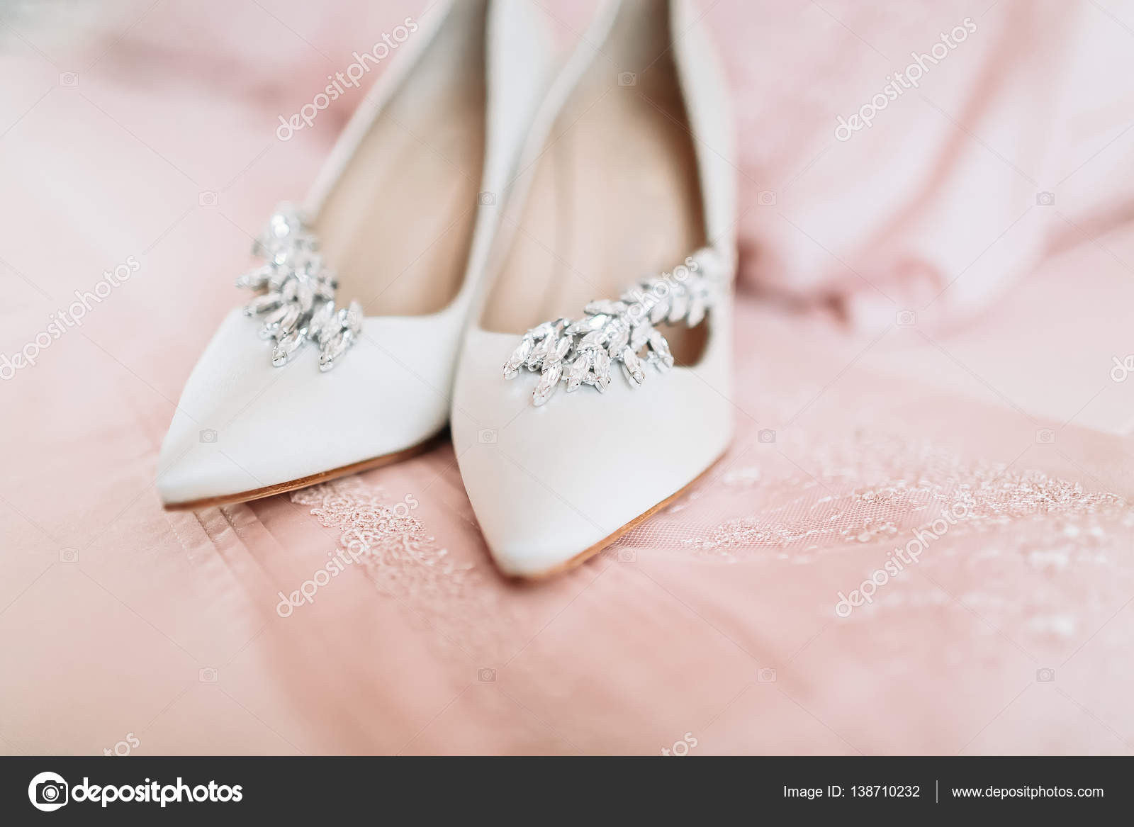 da19578dfd37f4 Взуття нареченої в день весілля на простирадлом– стокове зображення