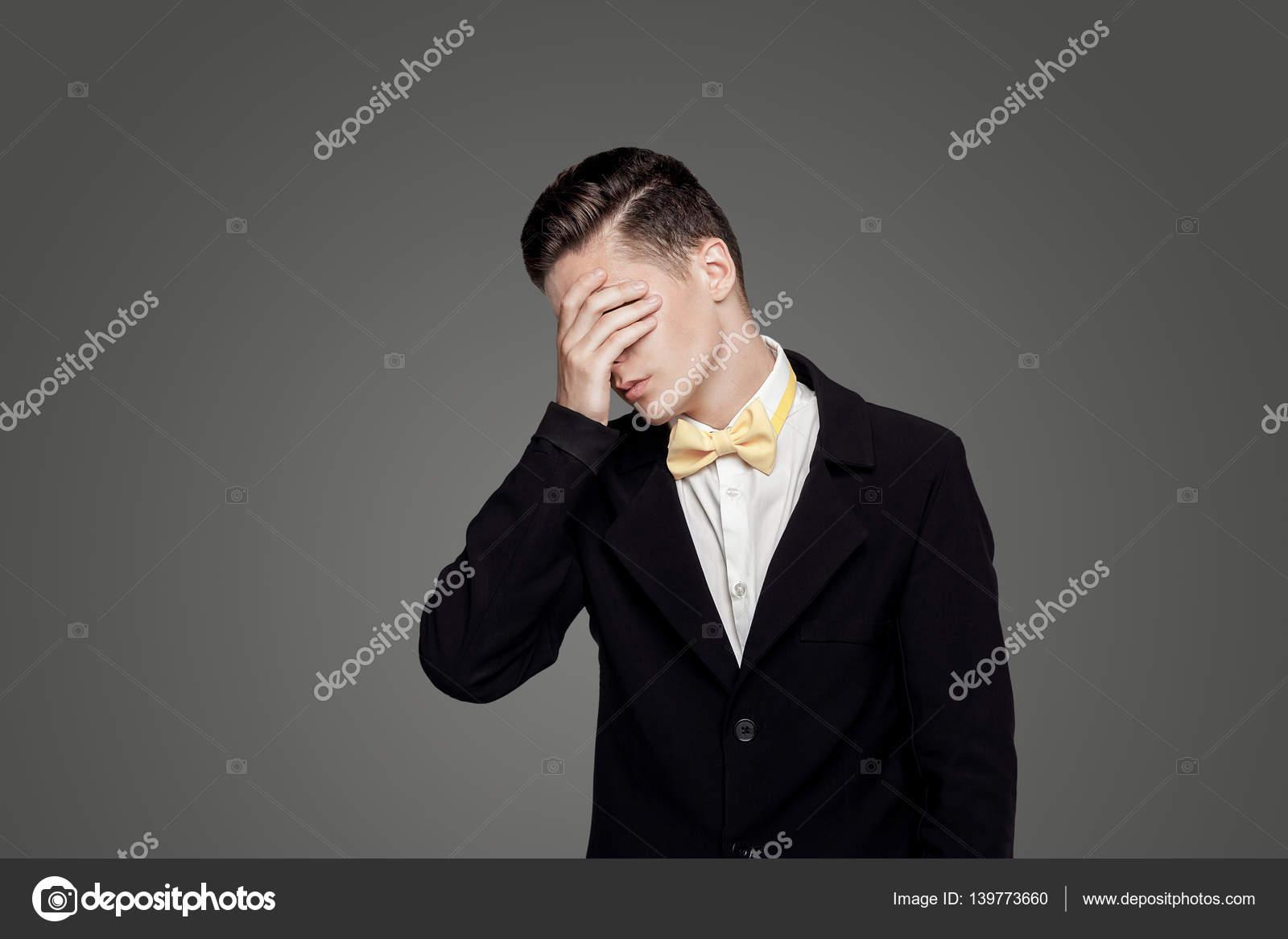 Jeune homme branché arrière plan de bureau noir jaune de noeud