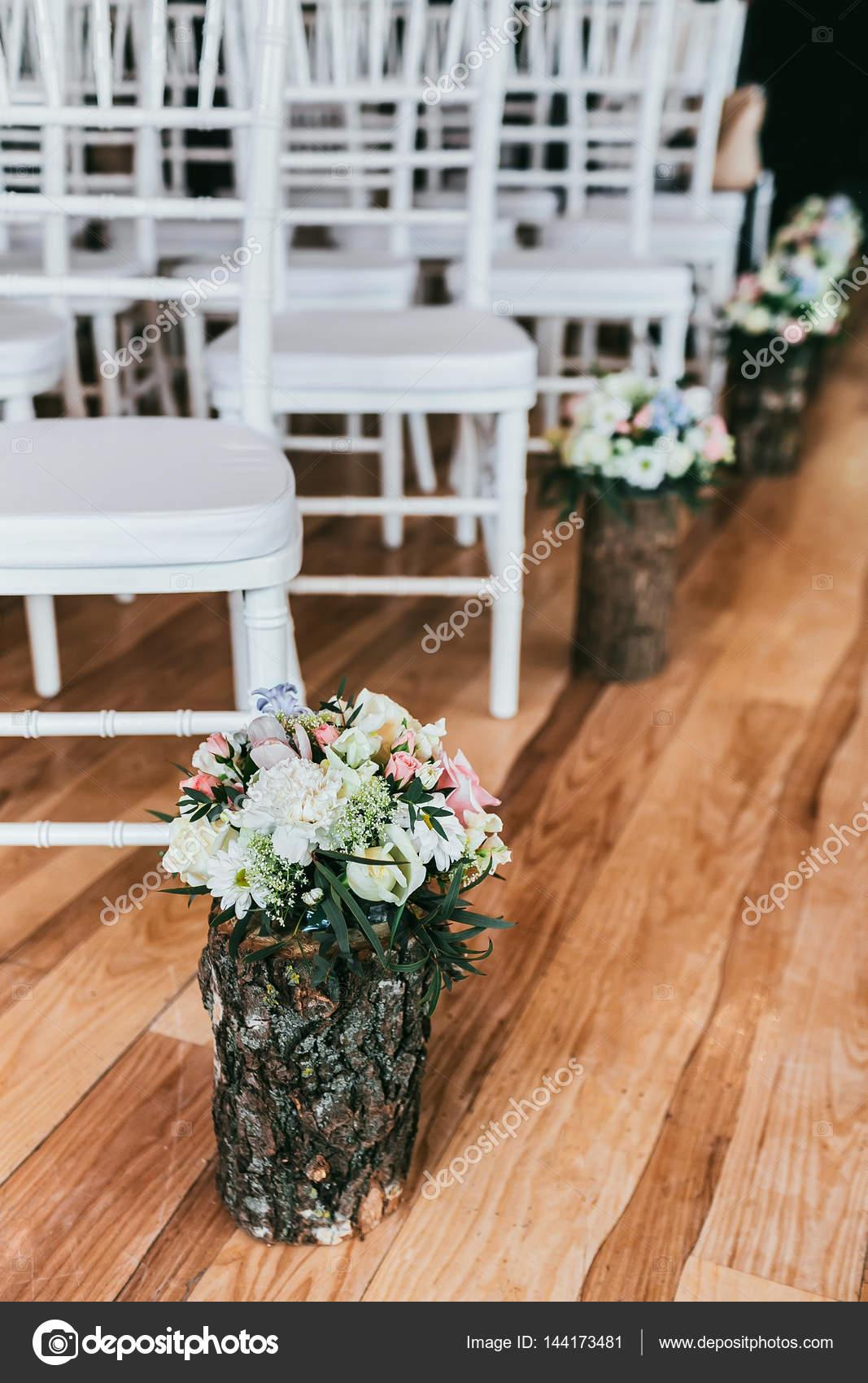 Brautstrauss In Holz Vase Erdgeschoss Zeremonie Vorhanden Stockfoto