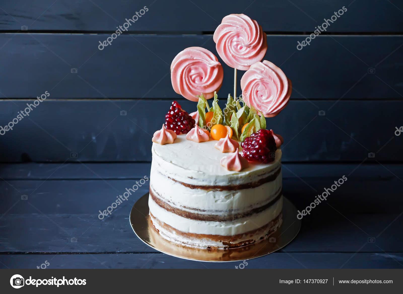 Schöner Kuchen Mit Süßigkeiten, Obst Und Baiser U2014 Stockfoto