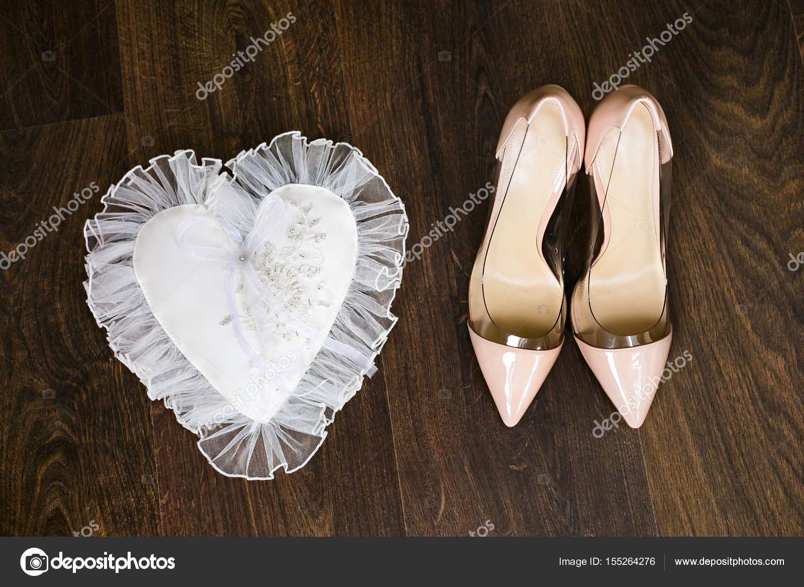 Beige mariage chaussures de mariée avec des talons hauts et bagues de mariage  or blanc décore oreiller. Vue de dessus \u2014 Image de stahov