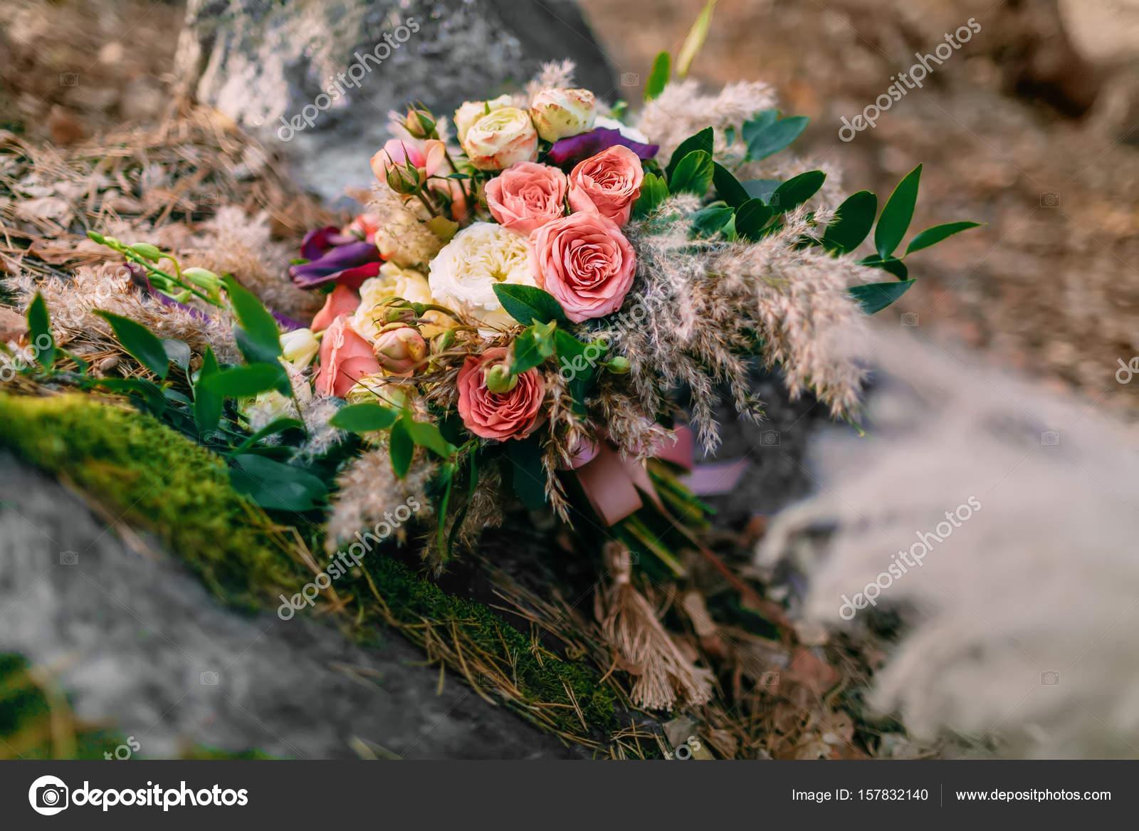 Schone Hochzeit Bouquet Bestehend Aus Verschiedenen Blumen Auf Einem
