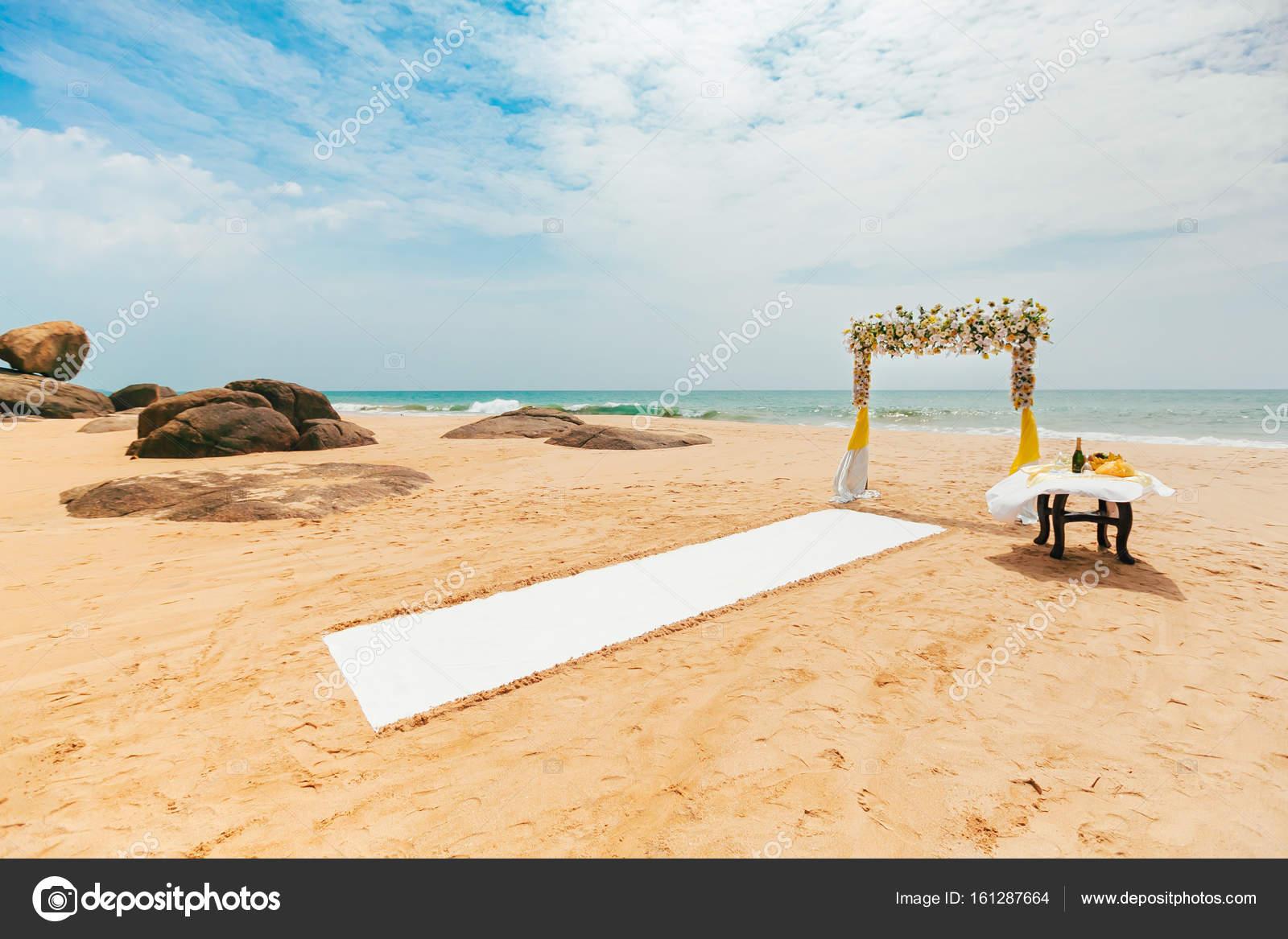 Matrimonio Gay Spiaggia : Cerimonia di matrimonio romantico sulla spiaggia — foto