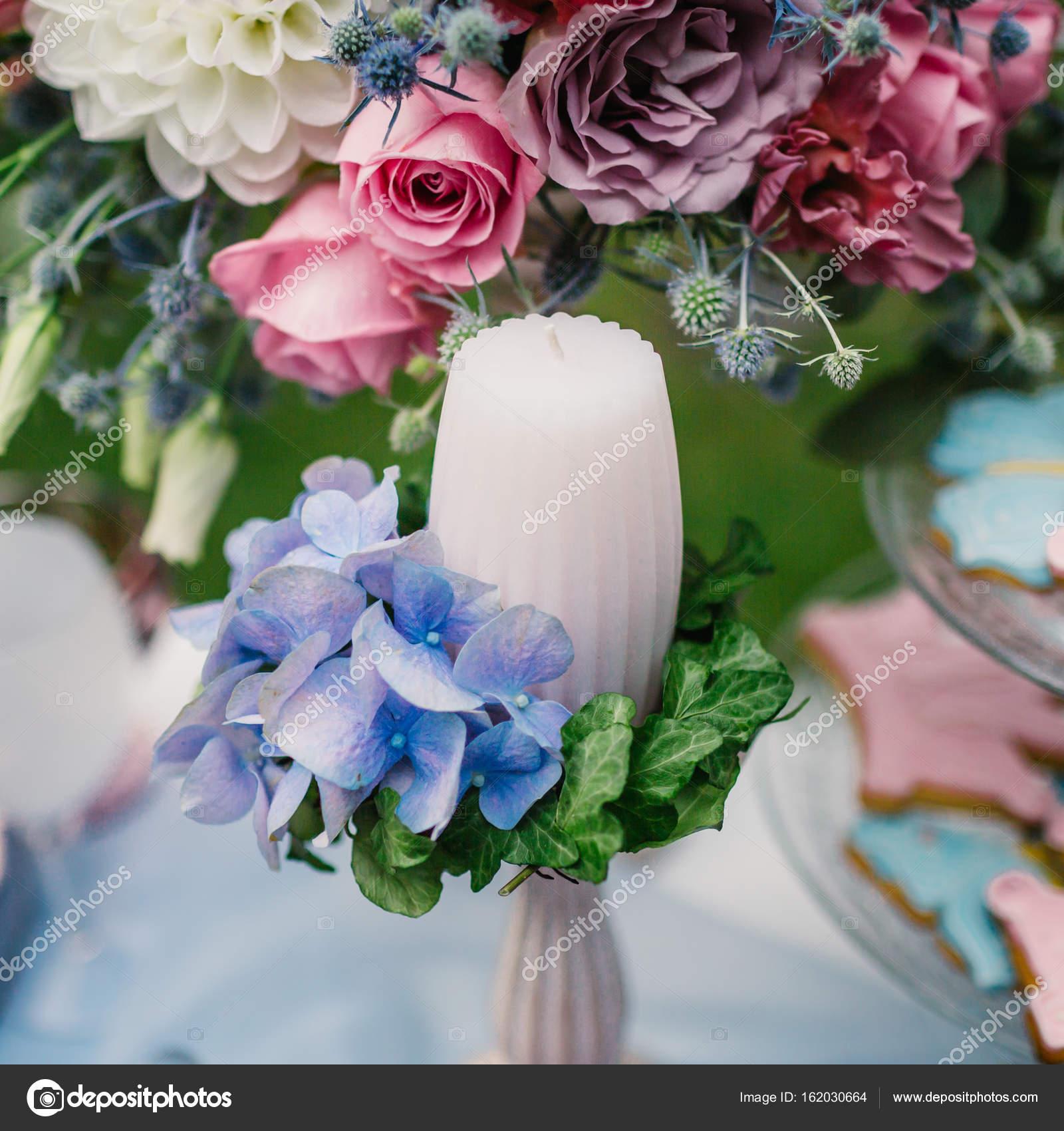 Zdobione świeca Na Tle Na Wiązankę Kwiatów Dekoracje ślubne W Stylu